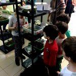 Copii la Expoziția Mobilă cu Biodiversitate și Terarii. Deci văd specii vii, interacționează cu ele, completăm explicațiile cu planșe, filme scurte, povestiri și ulterior cu o excursie în natură (în casa naturii)